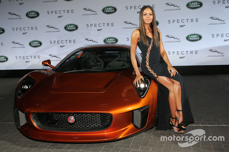 Наомі Харріс ( James Bond Spectre, Miss Moneypenny ) та Дейв Баутіста ( James Bond Spectre, Mr. Hinx ) біля Jaguar C-X75 під час презентації Jaguar Land  Rover нової машини для фільму Bond - Spectre