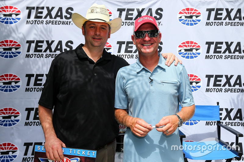 Клінт Бойєр, Michael Waltrip Racing Toyota joined фанати та the press at Texas Motor Speedway