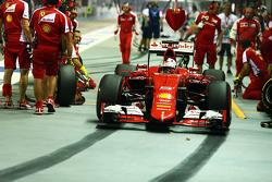 Sebastian Vettel, Ferrari SF15-T, beim Boxenstopp-Training
