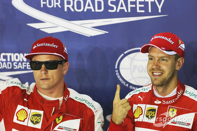 3. Kimi Raikkonen, Ferrari, im Parc Fermé mit Polesitter Sebastian Vettel