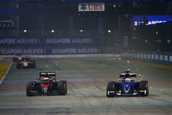Дженсон Баттон, McLaren MP4-30 и Маркус Эрикссон, Sauber C34 борьба за позицию