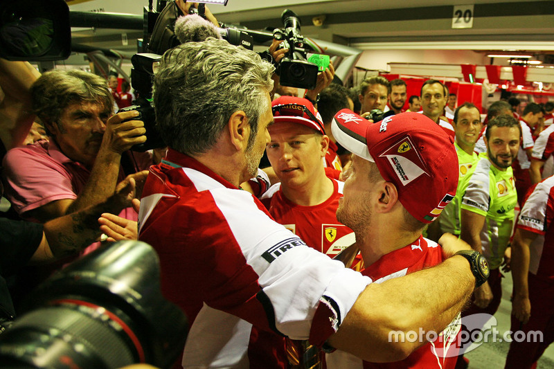 1. Sebastian Vettel, Ferrari, feiert mit Maurizio Arrivabene, Ferrari-Teamchef, und Teamkollege Kimi