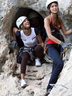 Jeunes femmes Formule 1 dans une expédition d'escalade de montagne: Katja Semenova et Tahnee Frijters