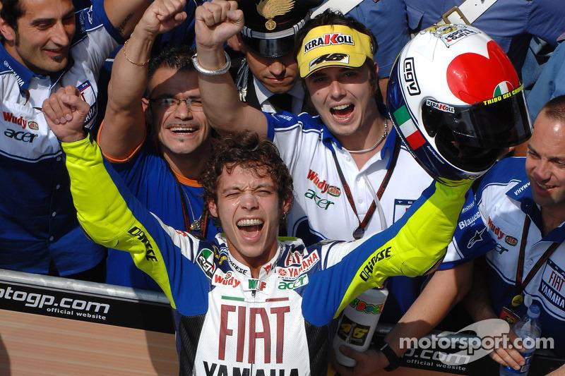 2007 - Após terminar 2006 em baixa, Rossi foi muito criticado pela imprensa. Esta pintura, com um coração no topo, foi um agradecimento aos fãs e uma resposta aos jornalistas. Ao vencer a prova, Rossi arremessou o capacete para o público.