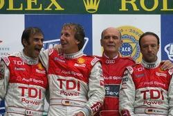 LMP1 Podio ganadores Marco Werner, Frank Biela, Emanuele Pirro con Dr. Wolfgang Ullrich