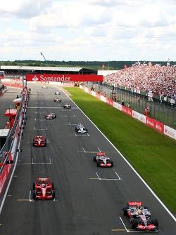 Машины выстроились на решетке, Льюис Хэмилтон, McLaren Mercedes, MP4-22, Кими Райкконен, Scuderia Ferrari, F2007, Фернандо Алонсо, McLaren Mercedes, MP4-22