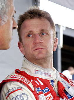 Allan McNish listens to advise