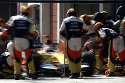Giancarlo Fisichella, Renault F1 Team, R27 pit stop