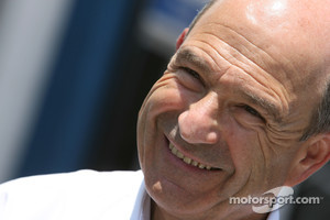 Team owner Peter Sauber signs contract with Oerlikon
