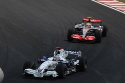 Нік Хайдфельд (BMW Sauber) і Льюіс Хемілтон (McLaren Mercedes)