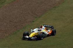 In the gravel on corner 1-2, Heikki Kovalainen, Renault F1 Team