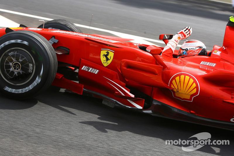 Ganador de la carrera y Campeón del Mundo 2007 Kimi Raikkonen celebra