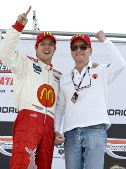 Podium : le vainqueur Sébastien Bourdais fête sa victoire avec Paul Newman