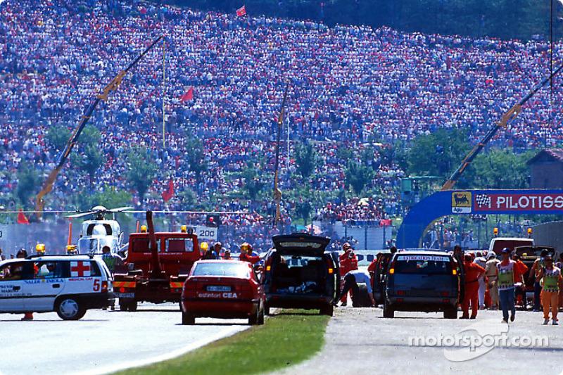 El choque fatal de Ayrton Senna en Tamburello: Miembros de seguridad trabajando