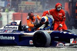 Oficiales depista detienen a Michael Schumacher para llegar a Damon Hill después de su accidente