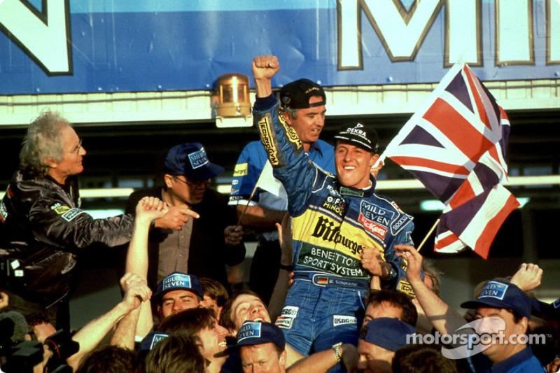 1995 Campeon del Mundo Fórmula uno Michael Schumacher celebra