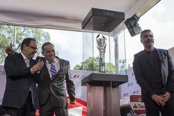 Federico González Compéan, de CIE, Héctor Rebaque ex piloto de F1 y el artista Nino Bauti en la presentación del Trofeo del GP de México