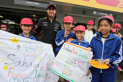 Sergio Perez, Sahara Force India F1 with young fans