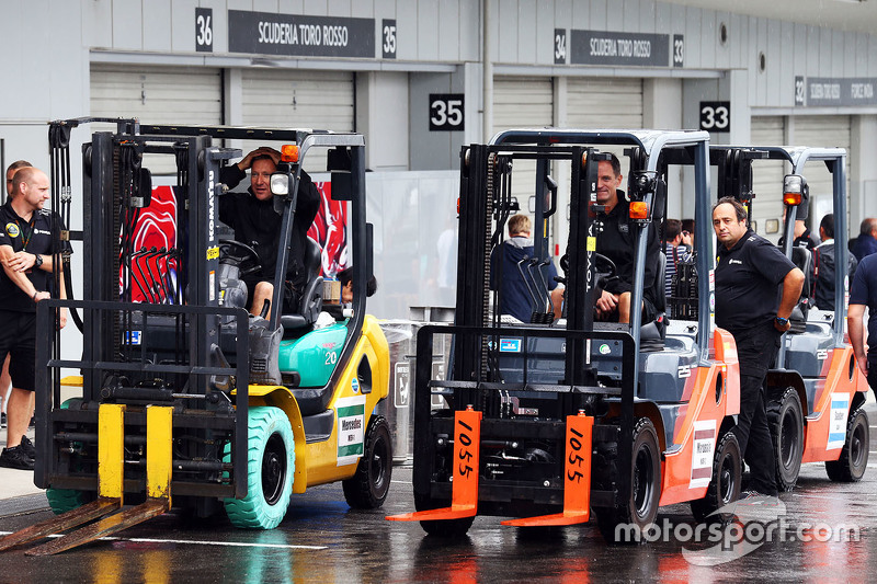 Lotus F1 Team, Mechaniker mit Gabelstaplern