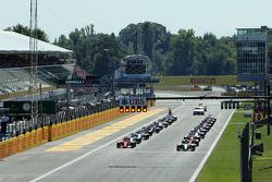 Старт: Льюїс Хемілтон, Mercedes AMG F1 W06 лідирує