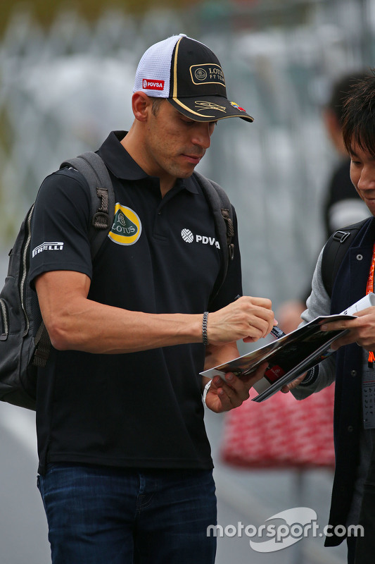 Pastor Maldonado, Lotus F1 Team signs autographs for the fans
