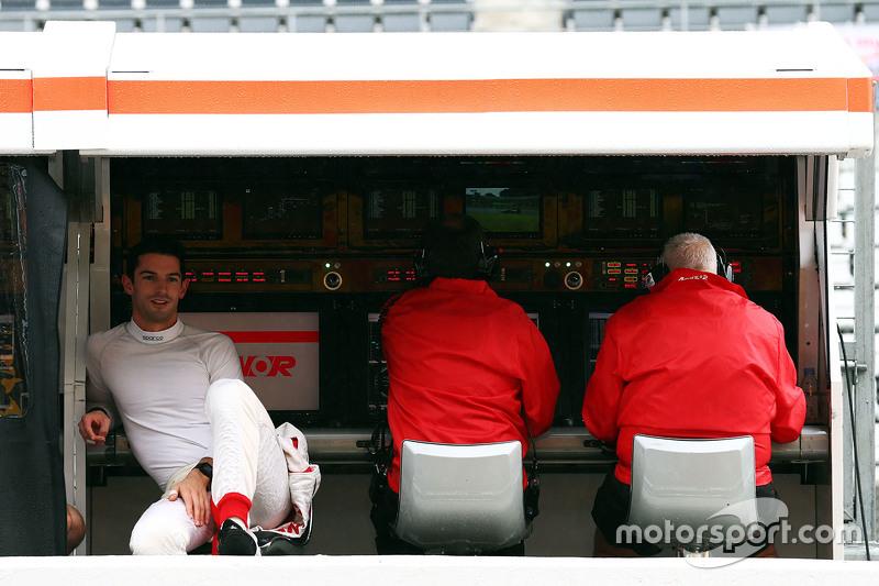 Alexander Rossi, Manor Marussia F1 Team, am Kommandostand