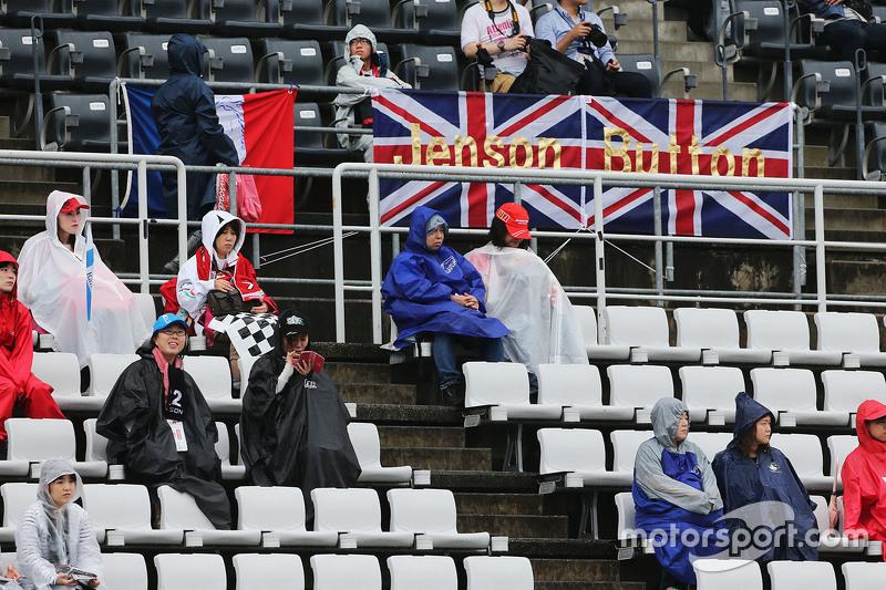 Fans auf den Tribünen mit Poster für Jenson Button, McLaren
