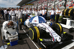 La tripulación de Valtteri Bottas, Williams FW37 como la rejilla observa el himno nacional