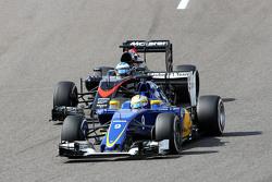 Маркус Эрикссон, Sauber C34 и Фернандо Алонсо, McLaren MP4-30