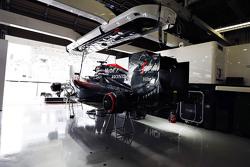 Машина McLaren Honda MP4-30 Фернандо Алонсо, McLaren в гараже