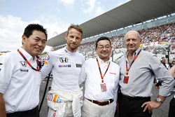 Jenson Button, McLaren met Yasuhisa Arai, Honda Motorsport Chief Officer en Takahiro Hachigo, Honda CEO en Ron Dennis, McLaren Executive Chairman
