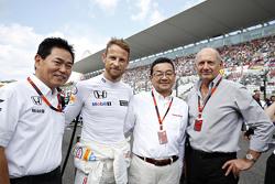 简森•巴顿(迈凯伦车手)、罗恩•丹尼斯(迈凯伦CEO))与新井康久(本田F1项目主管)、八乡隆弘(本田社长)在日本站发车区