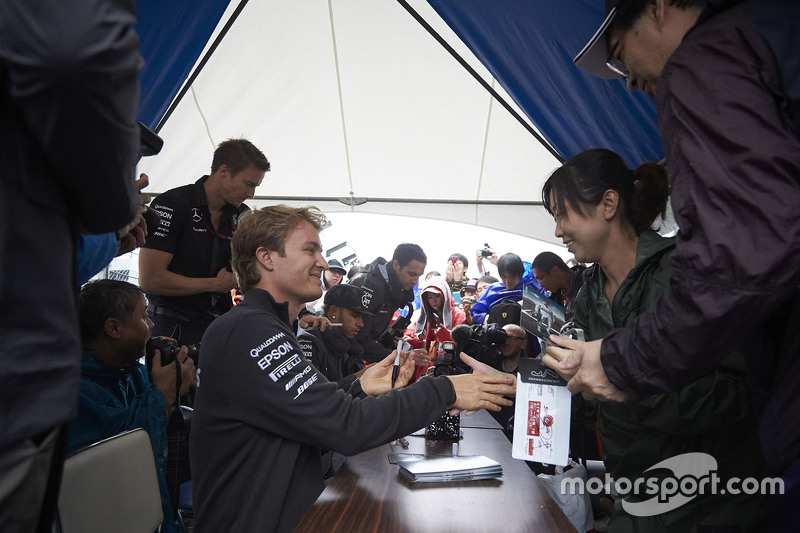 Nico Rosberg, Mercedes AMG F1 Team signs autograph for the fans