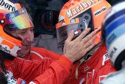 Juara balapan, dan Juara Dunia musim 2000, Michael Schumacher, Ferrari bersama Rubens Barrichello