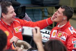 Podium: 1. und Weltmeister 2000: Michael Schumacher, Ferrari, mit Jean Todt