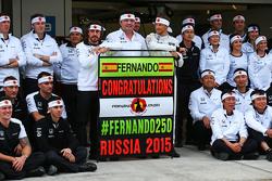 (L to R): Фернандо Алонсо , McLaren святкує his 250th GP з Ерік Бульє, McLaren гоночний директор, Дженсон Баттон, McLaren, та the team