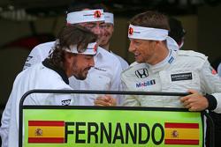 (L to R): Фернандо Алонсо , McLaren святкує his 250th GP з Ерік Бульє, McLaren гоночний директор та Дженсон Баттон, McLaren