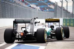 Льюис Хэмилтон, Mercedes AMG F1 W06 застрял за Маркусом Эрикссоном, Sauber C34 at the pit exit