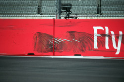 Marcas de neumáticos en la pared después de Carlos Sainz Jr., Scuderia Toro Rosso se estrelló en la