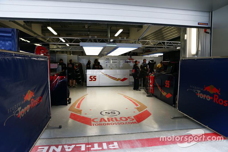 Квалификация стартовала по расписанию – работники трассы успели починить барьеры. Но к ее началу Сайнс все еще оставался в больнице, поэтому в боксах второй Toro Rosso было тихо. Уже по ходу квалификации стало известно, что в ходе аварии испанец не получил никаких травм