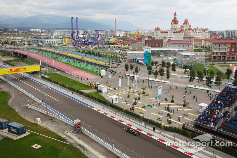 Пастор Мальдонадо, Lotus F1 E23 посилає іскри