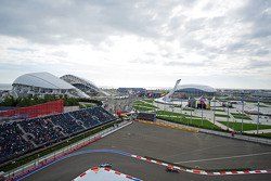Daniil Kvyat, Red Bull Racing RB11 лідирує  Льюїс Хемілтон, Mercedes AMG F1 W06