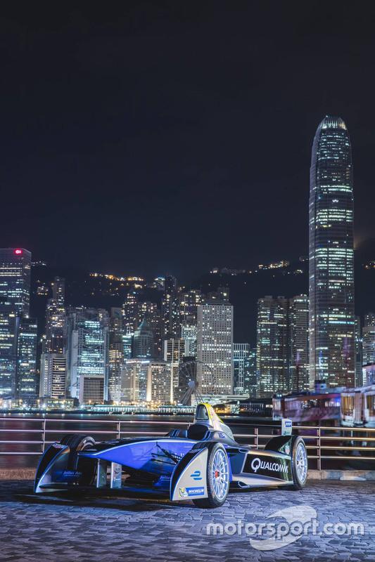 La monoposto di Formula E trasportata nel centro Hong Kong