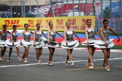 Танцовщицы перед гонкой на стартовой решетке