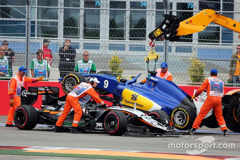 Ніко Хюлкенберг, Sahara Force India F1 VJM08 та Маркус Ерікссон, Sauber C34 аварія на початку гонки