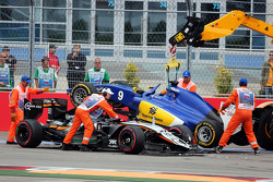 Nico Hulkenberg, Sahara Force India F1 VJM08 and Marcus Ericsson, Sauber C34 crash at the start of the race