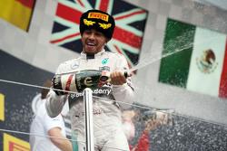 Победитель гонки - Льюис Хэмилтон, Mercedes AMG F1 празднует на подиуме