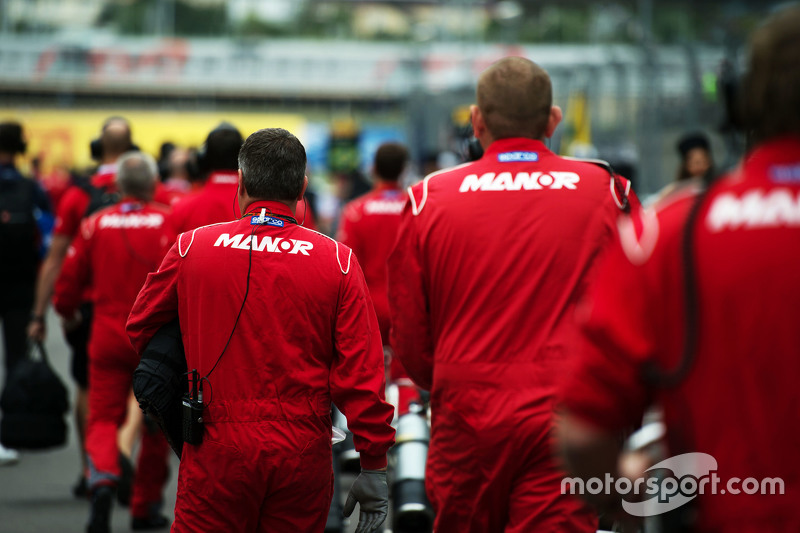 Manor F1 Team mechanics on the grid