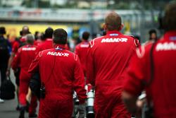 Механики Manor F1 Team на стартовой решетке
