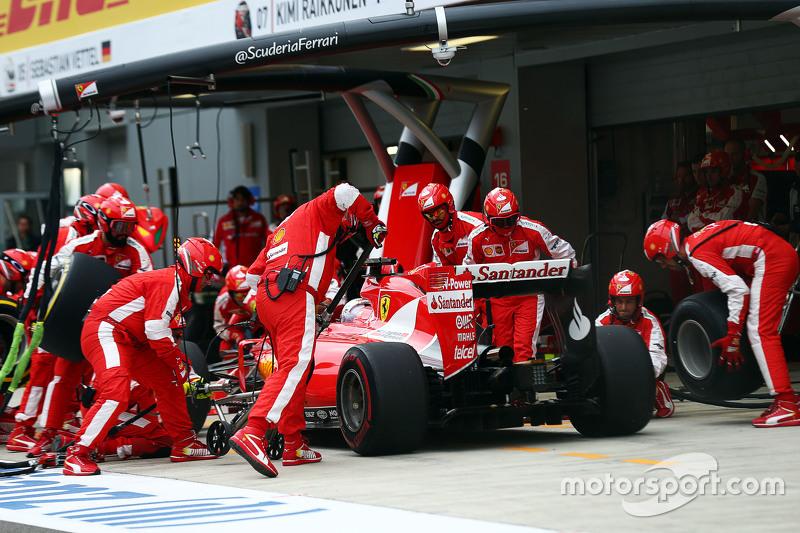 Sebastian Vettel, Ferrari SF15-T makes a pit stop